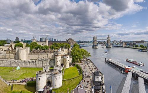 VIEW-FROM-TOWER-PENTHOUSE-london-by-flytrip